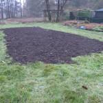 even tussenin ook een hapje tuinwerk:  compost werd geleverd en verzet, leuk
